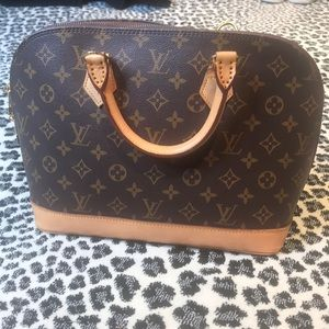 Over the shoulder strap Louis Vuitton gorg person!